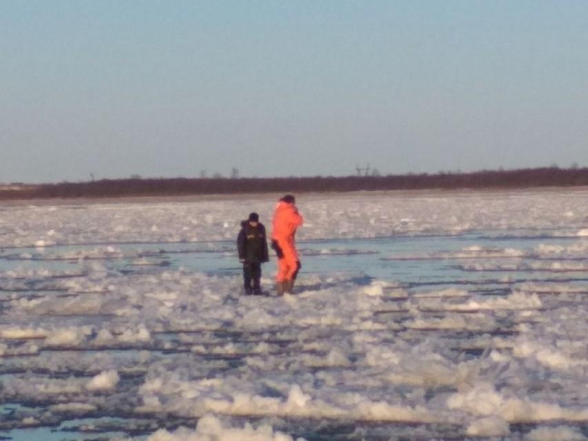 Благовещенские подростки, дрейфовавшие на льдине по Зее, ловили рыбу